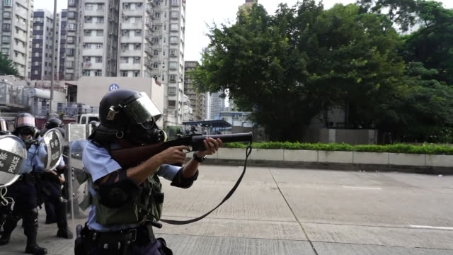 vídeos y material grabado en eventos de stock de riot police firing tear gas and nonlethal ammunition at protesters in hong kong - munición