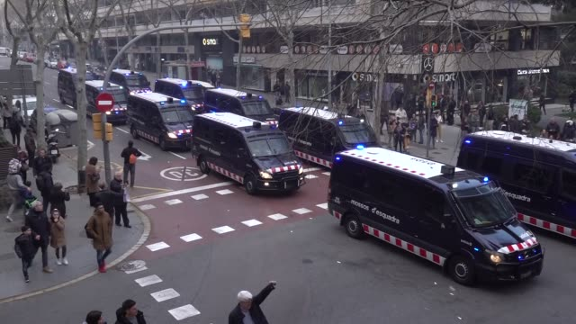 vídeos de stock, filmes e b-roll de riot police is seen during the olympique de lyon's ultras invaded the street of barcelona spain on march 13 2019 before the uefa champions league... - olympique lyonnais