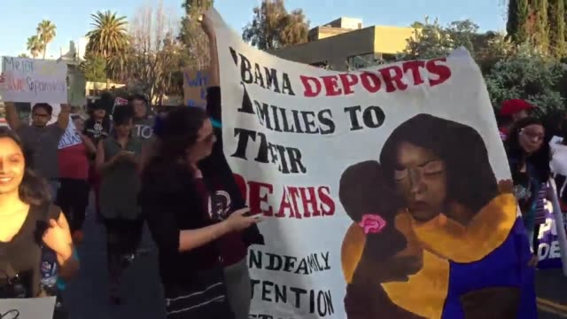 vídeos de stock, filmes e b-roll de riot police prevented hundreds of immigrant rights activists from drawing closer to the hancock park neighborhood where president obama attended a... - boa postura