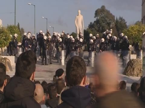 riot police stand outside the greek parliament getting ready for confrontations with protesters - ユーロ圏債務危機点の映像素材/bロール