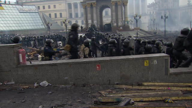 vídeos de stock, filmes e b-roll de riot police throwing tear gas and shooting plastic bullets at anti-government protesters in kiev's independence square on second day of fierce... - ucrânia