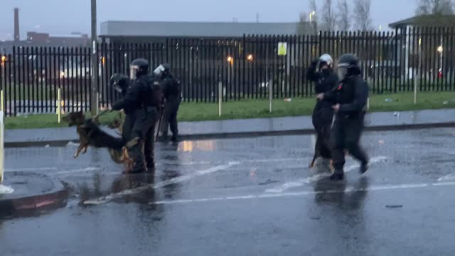 vidéos et rushes de rioters have been blasted with a water cannon by police as unrest stirred on the streets of northern ireland once more.after shocking scenes provoked... - belfast