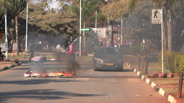 rioters on the streets in harare waiting for the presidential election results - repubblica dello zimbabwe video stock e b–roll