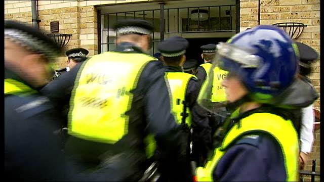 stockvideo's en b-roll-footage met hackney recovers london ext police officers raiding house of suspected rioter handcuffed suspect led away - bewegingsbeperkende middelen
