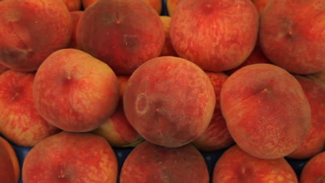 cu ld ripe peaches for sale in market / venice, italy - peach stock videos & royalty-free footage