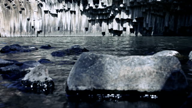 vídeos de stock, filmes e b-roll de ripple no lago vulcânica - ângulo agudo