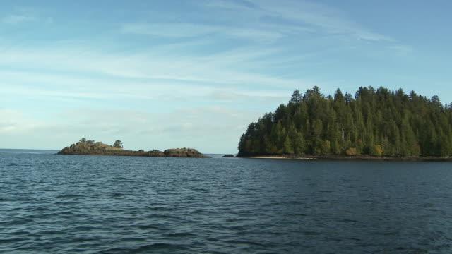 vídeos de stock e filmes b-roll de ws pov rippled water and island / sandspit, british columbia, canada - banco de areia