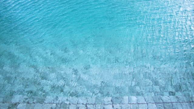 wellen im wasser im pool. ansicht von oben - freibad stock-videos und b-roll-filmmaterial