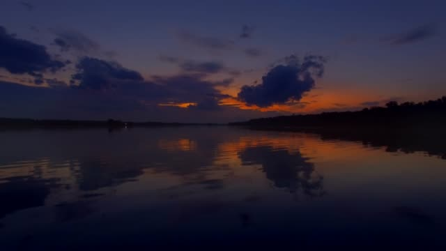 stockvideo's en b-roll-footage met kabbelend vlakke water bij zonsondergang over de potomac rivier in maryland - potomac rivier