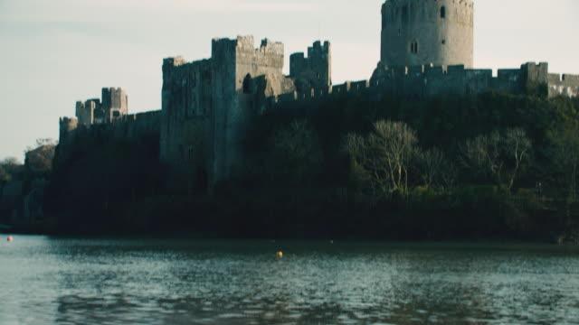 stockvideo's en b-roll-footage met tu rippling water surrounding pembroke castle / pembroke, wales, united kingdom - pembroke