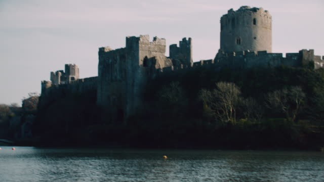 tu rippling water surrounding pembroke castle / pembroke, wales, united kingdom - ペンブローク点の映像素材/bロール