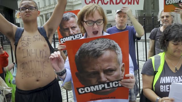 rise and resist' activist rally outside city hall in new york city on july 30, 2018 accusing mayor bill de blasio of complicity and business in nyc... - ビル・デ・ブラシオ点の映像素材/bロール