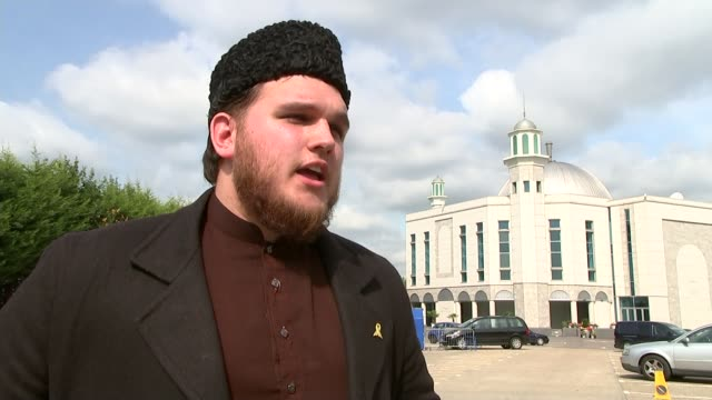 vidéos et rushes de rise in islamophobia in london; women along street in hijabs and one wearing burka 'the baitul futuh mosque' building mansoor ahmed clarke along with... - genre de la personne