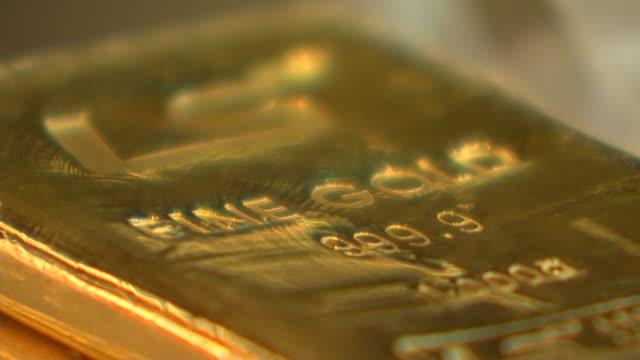 london gold ingots and kruggerands - barren geld und finanzen stock-videos und b-roll-filmmaterial