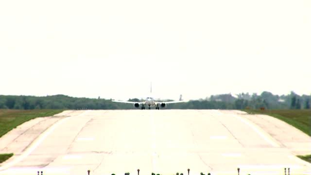 stockvideo's en b-roll-footage met rise of the jet plane - start  en landingsbaan