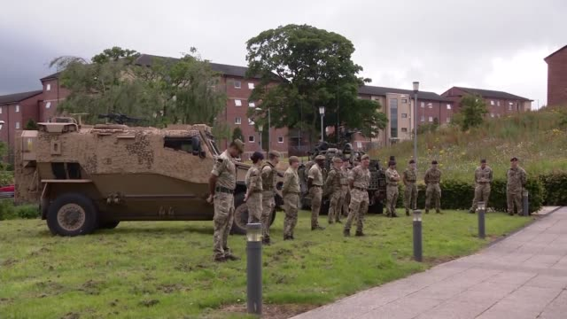 stockvideo's en b-roll-footage met rishi sunak and ben wallace visit catterick garrison england north yorkshire catterick ext various of armoured vehicle/tank and other military... - britse leger