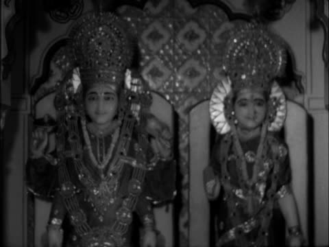 vídeos de stock, filmes e b-roll de gv rishikesh pan l to temple sof describes what the beatles will find when they get there the lay out of the place shots dubbed over situationer gv... - rishikesh