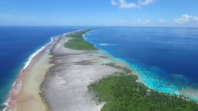 stockvideo's en b-roll-footage met rising aerial view ahe atoll lagoon and outer reef - frans polynesië