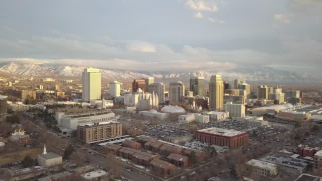 vídeos de stock, filmes e b-roll de rising aerial view of downtown salt lake city - salt lake city utah
