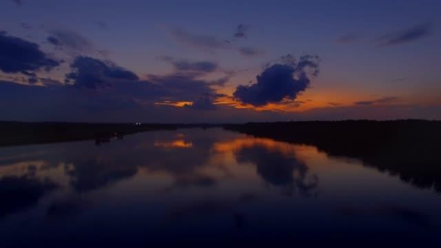stockvideo's en b-roll-footage met luchtfoto stijgt boven vlakke water bij zonsondergang over de potomac rivier in maryland - potomac rivier
