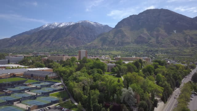 vídeos de stock e filmes b-roll de rising aerial view over provo towards byu - provo
