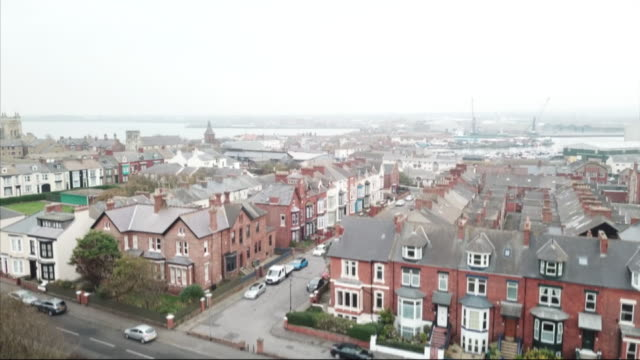 vidéos et rushes de rising drone shot over houses in middlesbrough - nord est de l'angleterre