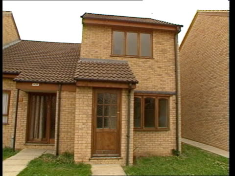 cambs nr peterborough new executivestyle home as man in overcoat in bv walking up to front door ms same house tms ditto as others in b/g pan rl tgv... - for sale englischer satz stock-videos und b-roll-filmmaterial