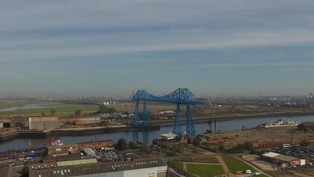vídeos de stock, filmes e b-roll de rising shot middlesbrough transporter bridge aerial video - tees river