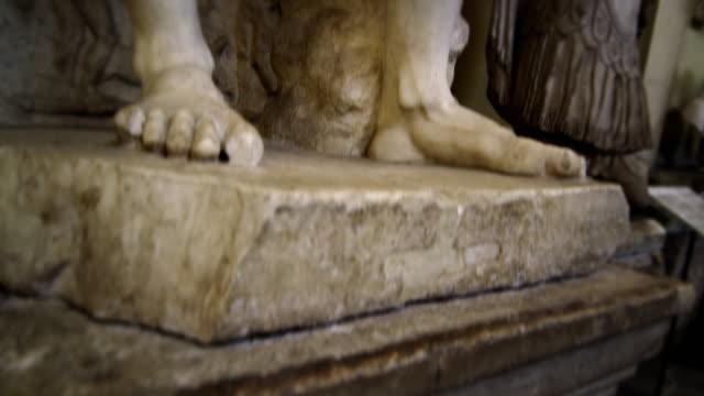 vidéos et rushes de rising shot of hercules and telephus at the vatican - statue