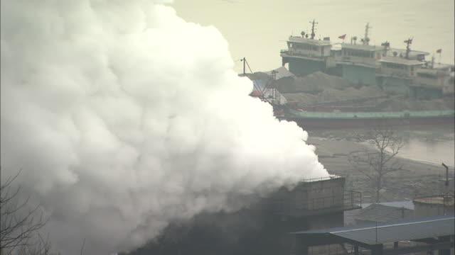 rising smoke.  medium shot chongqing, sichuan province - 下を向く点の映像素材/bロール