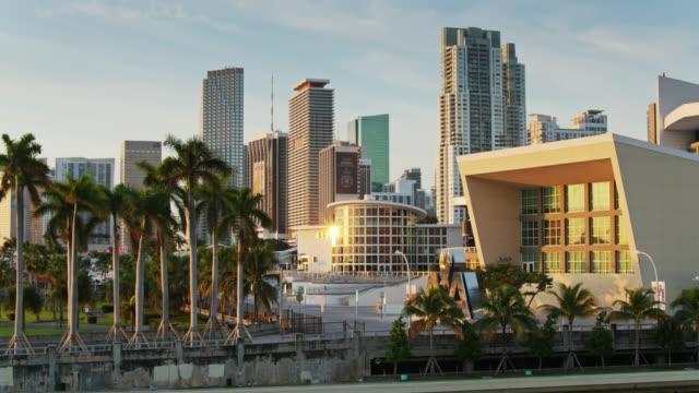 vídeos y material grabado en eventos de stock de rising sun glinting on aa arena in downtown miami - drone shot - bahía de biscayne