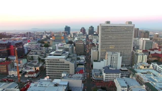 vídeos y material grabado en eventos de stock de elevándose sobre ciudad del cabo - rascacielos