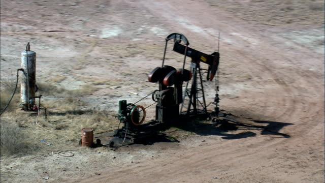 油井 - 空中写真 - テキサス州モンタギュー郡、アメリカ合衆国の上に昇る - 石油産業点の映像素材/bロール