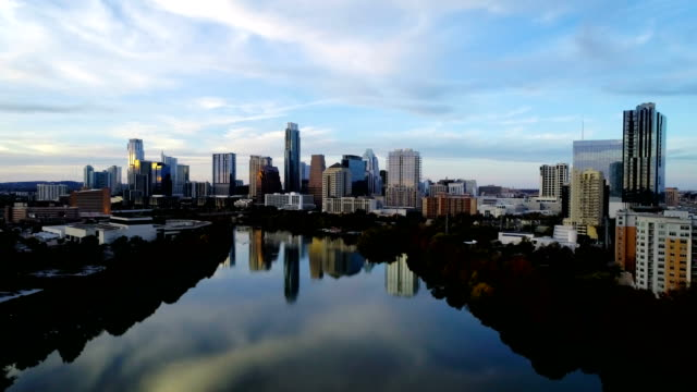 vídeos de stock e filmes b-roll de rising up over town lake in austin texas with dramatic sky and autumn colors - town