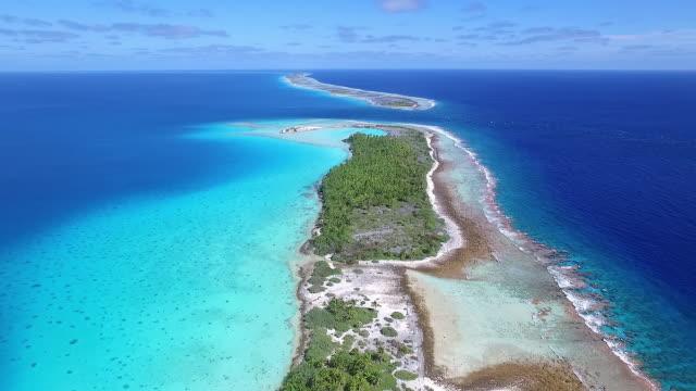 vídeos de stock, filmes e b-roll de rising view of tahanea atoll and lagoon - territórios ultramarinos franceses