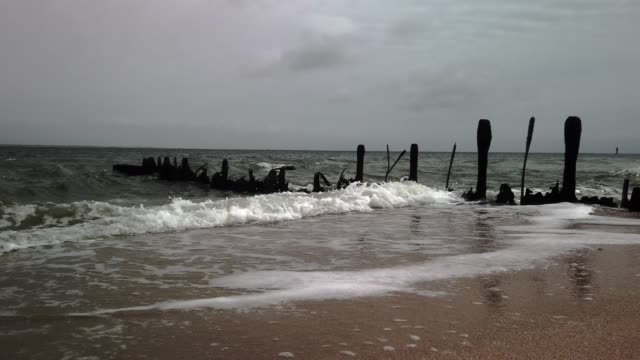 risk of death: dangerous remains of groynes on the beach of sylt - tina terras michael walter 個影片檔及 b 捲影像
