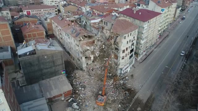 a risky building is being demolished in icadiye neighborhood of quakehit elazig on january 28 2020the 68magnitude quake shook the province of elazig... - erdbeben stock-videos und b-roll-filmmaterial