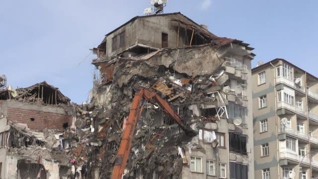 risky building is being demolished in icadiye neighborhood of quake-hit elazig on january 28, 2020.the 6.8-magnitude quake shook the province of... - jordbävning bildbanksvideor och videomaterial från bakom kulisserna