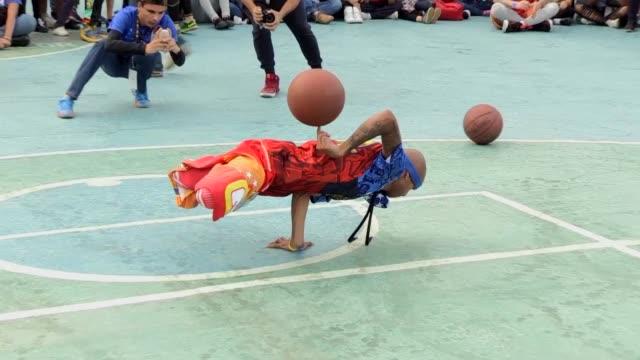 vídeos y material grabado en eventos de stock de a ritmo de hip hop el equipo estadounidense de baloncesto callejero court kingz visito venezuela para divertir y motivar a los mas pobres en las... - ee.uu