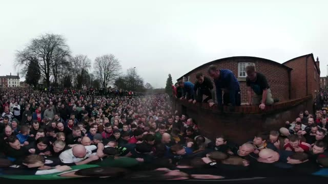 vidéos et rushes de rival teams the 'up'ards and down'ards' battle for the ball during the annual ashbourne royal shrovetide 'no rules' football match on february 13,... - mardi gras fête religieuse