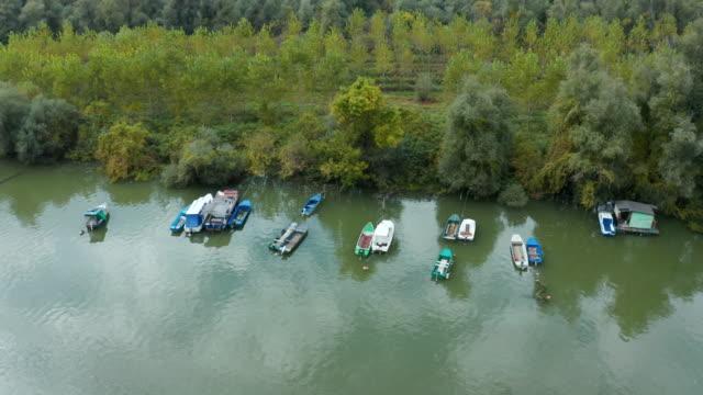 川と漁船 - リフレクション湖点の映像素材/bロール