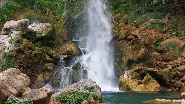 vídeos y material grabado en eventos de stock de river and waterfall of clean water that falls between rocks in nature. - agua del grifo