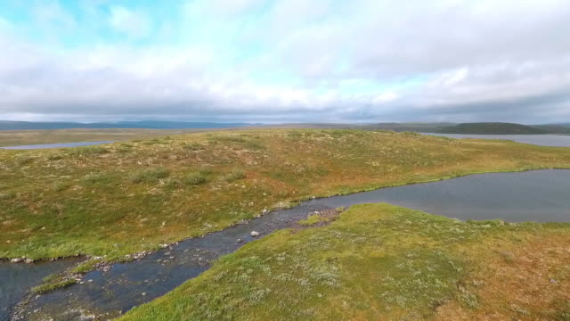 fluss am lappland-berg-wildnissee - nationalpark stock-videos und b-roll-filmmaterial