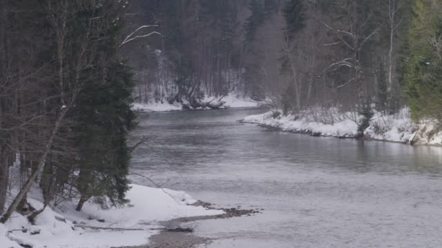 river bend during winter time in the mountains - river bend land feature stock videos & royalty-free footage