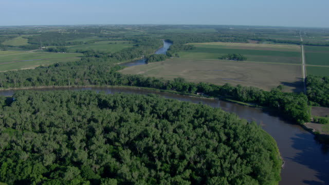 river bend surrounded by trees and fields - river bend land feature stock videos & royalty-free footage