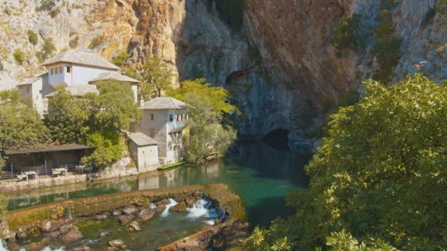 vídeos y material grabado en eventos de stock de río tu buna, la fuente fluvial más grande de europa - casa solariega