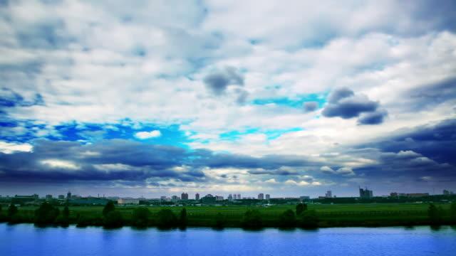 Fleuve, la ville et le ciel