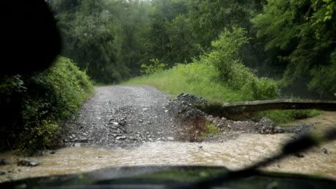 vídeos y material grabado en eventos de stock de cruce de ríos con vehículo todoterreno - carretera de tierra