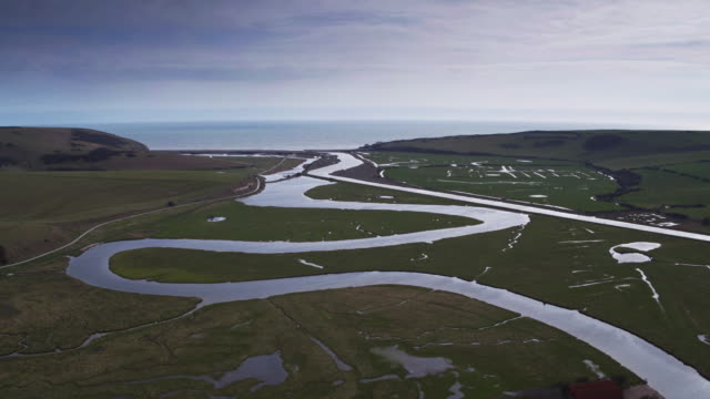vídeos de stock e filmes b-roll de river cuckmere meandering into the english channel - geografia física