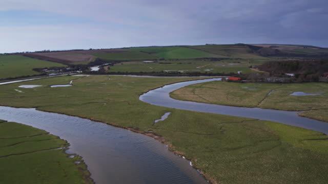 イースト ・ サセックス - ドローン ショットの農地を巻き川カックミア - サウスダウンズ点の映像素材/bロール